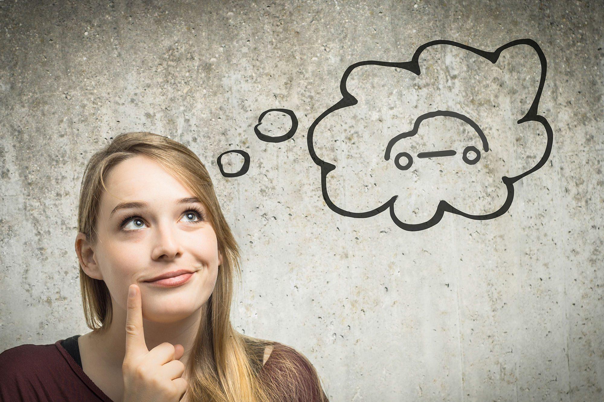 Junge Frau denkt an Auto